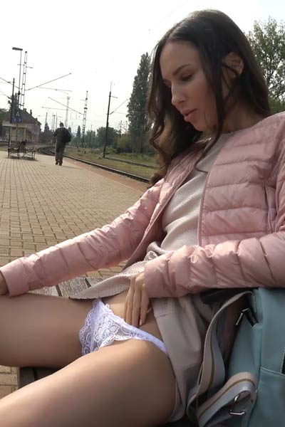 Model Lilu in Undercover Train